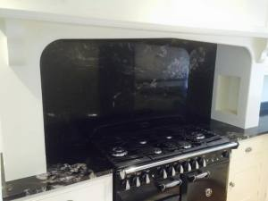 Huge-black-granite-spalshback-and-large-country-style-cooker